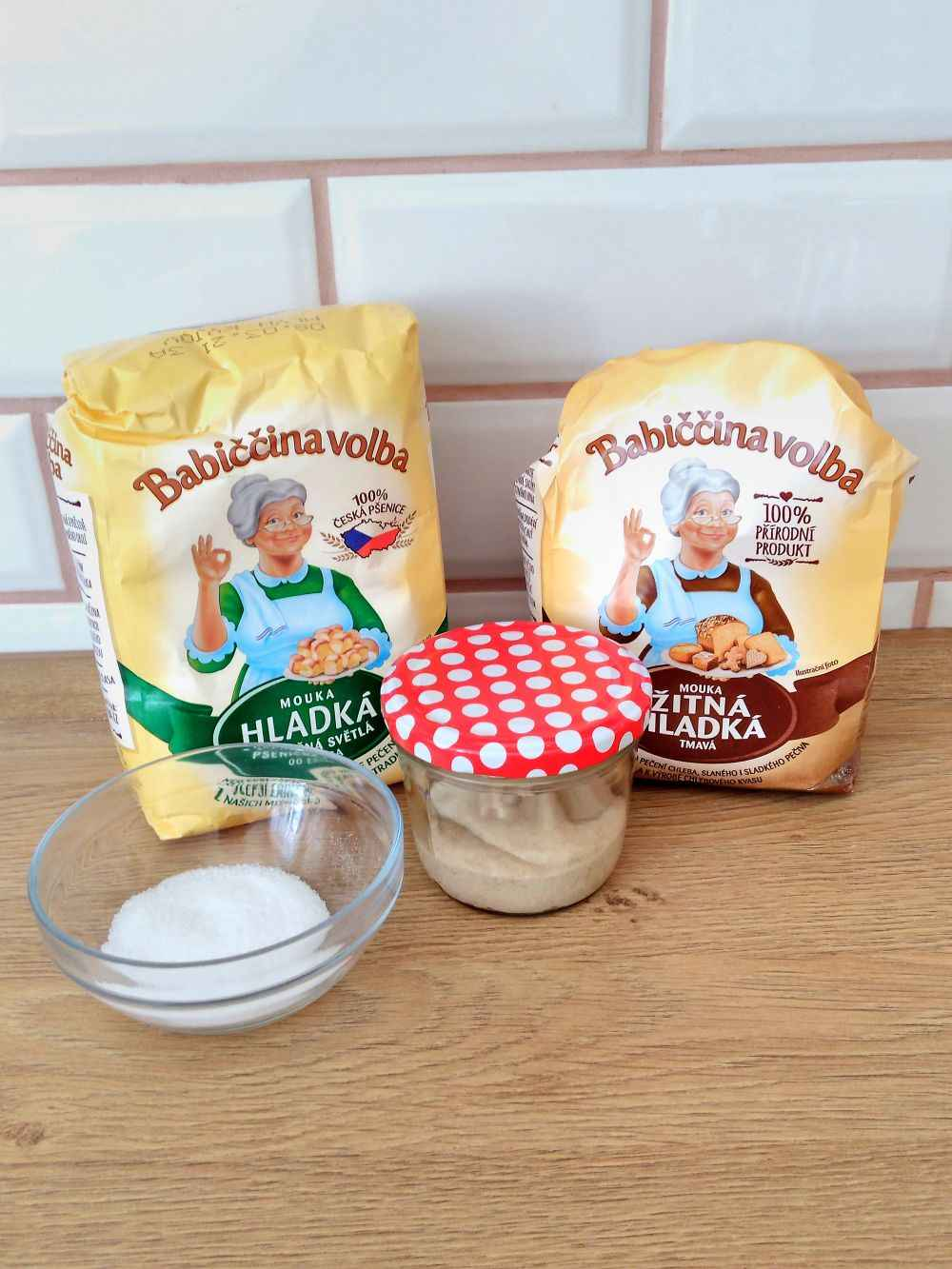 všechny suroviny potřebné pro přípravu těsta na jednoduchý kváskový chléb