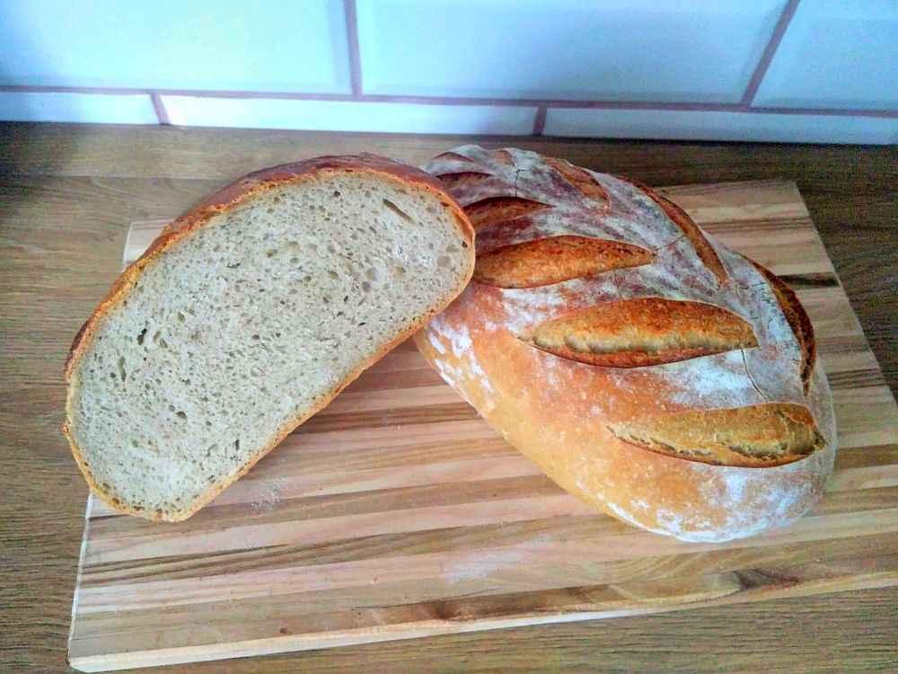 Chleby chladím na mřížce a pak už jen vydržet a nesníst ještě teplé